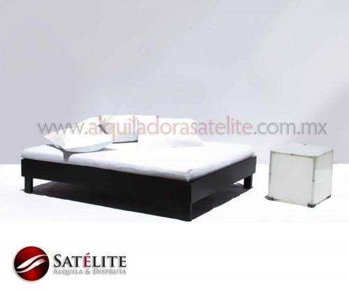 Cama lounge con mesa acrílica y cojines blancos
