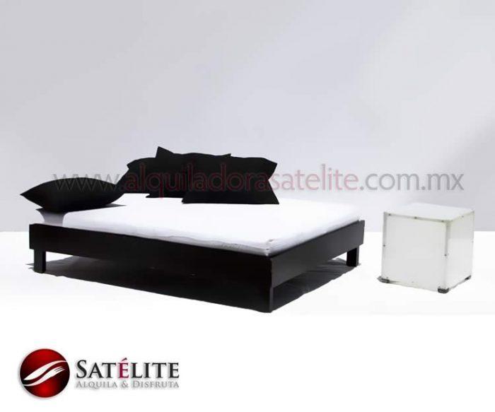 Cama lounge con mesa acrílica y cojines negros
