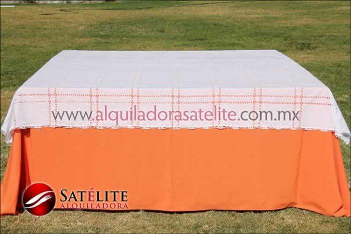 Mantel cuadrado naranja deshilado blanco