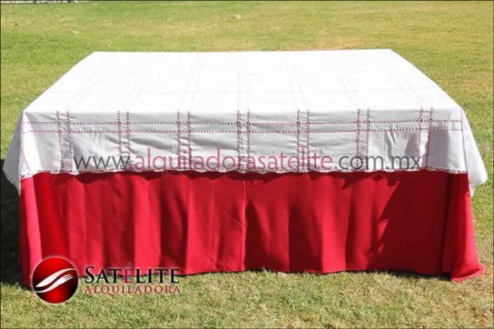 Mantel cuadrado rojo deshilado blanco