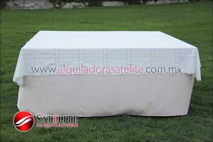 Mantel cuadrado rosa claro deshilado blanco
