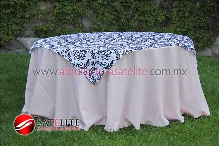 Mantel redondo rosa claro estampado blanco y negro