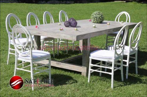 Mesa Vintage y sillas Phoenix blancas
