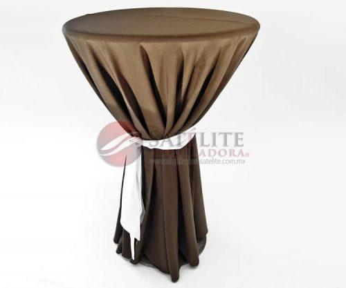 Mesa periquera con mantel y banda